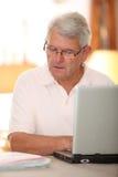 использование старшия человека интернета Стоковое Изображение RF