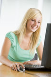 использование девушки настольного компьютера компьютера подростковое Стоковое Изображение