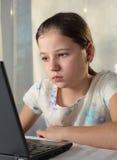 использование latop девушки подростковое Стоковое Фото