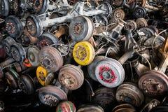 Используемая и старая цапфа колеса автомобиля в гараже рециркулировать Стоковые Фото