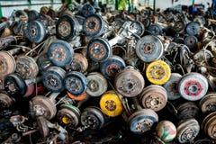 Используемая и старая цапфа колеса автомобиля в гараже рециркулировать Стоковое фото RF