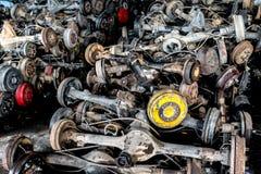 Используемая и старая цапфа колеса автомобиля в гараже рециркулировать Стоковые Изображения