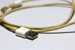 Используемая штепсельная вилка USB с кабелем на белой предпосылке стоковое изображение