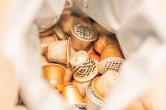 Используемые капсулы кофе внутри повторно используют сумку стоковые фото