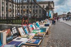 Используемые книги, подержанные книги для продажи на блошином рынке перед университетом Гумбольдта в Берлине стоковые изображения