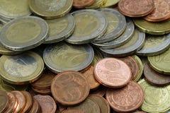 Используемые монетки предпосылка евро, конец вверх, взгляд сверху стоковое фото rf