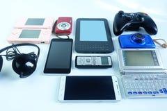 Используемые современные электронные устройства для ежедневной пользы на деревянном поле стоковые фото