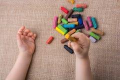 Используемые crayons цвета и рука малышей Стоковые Изображения RF