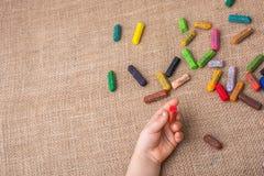 Используемые crayons цвета и рука малышей Стоковая Фотография