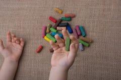 Используемые crayons цвета и рука малышей Стоковое фото RF