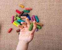 Используемые crayons цвета и рука малышей Стоковые Фото
