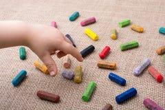 Используемые crayons цвета и рука малышей Стоковые Изображения
