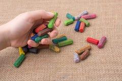 Используемые crayons цвета и рука подростков Стоковое фото RF