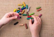 Используемые crayons цвета и рука подростков Стоковое Изображение RF