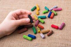 Используемые crayons цвета и рука подростков Стоковое Фото