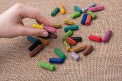 Используемые crayons цвета и рука подростков Стоковые Изображения RF