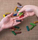 Используемые crayons цвета и руки подростков Стоковые Фотографии RF