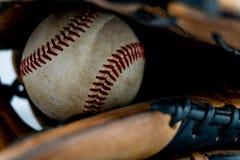 Используемый бейсбол внутри перчатки стоковые фото