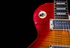 Используемый, царапаемый sunburst конец гитары вверх стоковые изображения