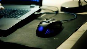 Используют красочную мышь около черной компьтер-книжки видеоматериал