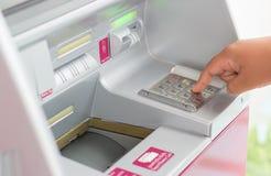 Используя автоматическую машину депозита Стоковые Изображения RF