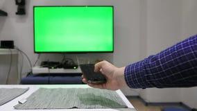 Используя дистанционное управление для ТВ сток-видео
