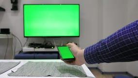 Используя дистанционное управление для ТВ акции видеоматериалы