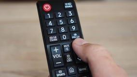 Используя конец ТВ удаленный вверх сток-видео