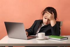 Используя ноутбук к изучать девушка дела работа - усталость исследования стоковая фотография rf