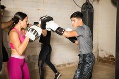 Используя перчатки бокса для тренировки Стоковые Фотографии RF