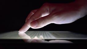 Используя сенсорный экран планшета, мобильное устройство 4K газеты чтения девушки бизнес-леди сток-видео