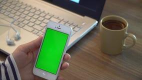 Используя телефон с зеленым экраном