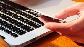 Используя электронное приобретение кредитной карточки на портативном компьютере акции видеоматериалы