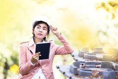 Исполнительная азиатская женщина инженера проверяя строительную площадку Стоковые Изображения RF
