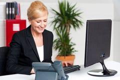 Исполнительная женщина работая на офисе Стоковое фото RF