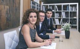 Исполнительная команда сидя на столе переговоров Стоковые Фото