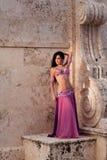 Исполнительница танца живота в розовом костюме Стоковое фото RF