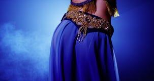 Исполнительница танца живота в сини и золоте Стоковое Фото
