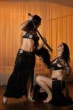2 исполнительницы танца живота таблетируя на этапе Стоковые Фотографии RF