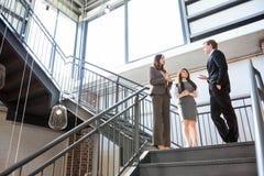 3 исполнительной власти стоя на лестнице Стоковое Изображение RF