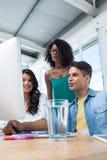 Исполнительные власти работая на компьютере в офисе стоковые фотографии rf