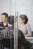 Исполнительные власти сидя на столе переговоров Стоковые Изображения RF