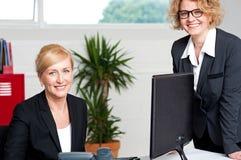Исполнительные женщины представляя на офисе Стоковые Изображения RF