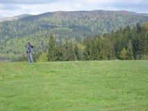 Использование агента безопасности бинокулярное в зоне горы Стоковое Изображение RF