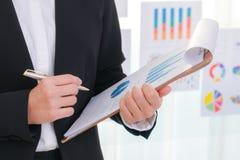 Использование бизнесменов и финансовые диаграммы на офисе встречи Стоковые Фотографии RF