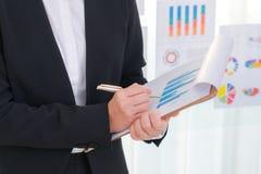 Использование бизнесменов и финансовые диаграммы на офисе встречи Стоковое Изображение