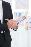 Использование бизнесменов и финансовые диаграммы на офисе встречи Стоковая Фотография RF