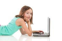 использование компьтер-книжки девушки предназначенное для подростков Стоковые Изображения RF