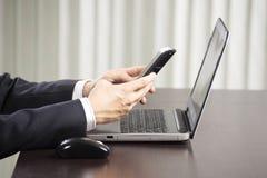 использование телефона бизнесмена франтовское Стоковая Фотография