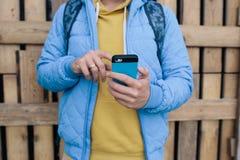 использование телефона человека франтовское человек посылая текстовым сообщением от его сотовый телефон Стоковые Изображения RF